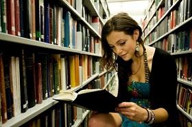 девушка в библиотеке